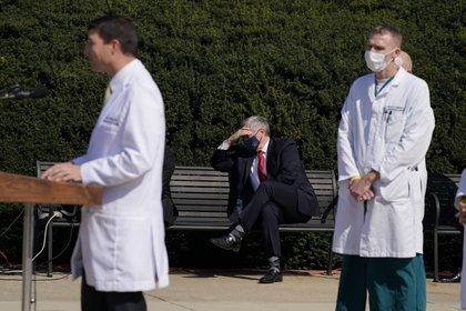 El jefe de gabinete de la Casa Blanca, Mark Meadows (sentado, en el centro) escucha mientras el médico del presidente Trump, Sean Conley, da una conferencia de prensa (AP)