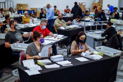 Las boletas de voto en ausencia son procesadas y verificadas por el Registrador del Condado de Fulton y la Administración Electoral en State Farm Arena en Atlanta, Georgia (EFE / ERIK S. LESSER)