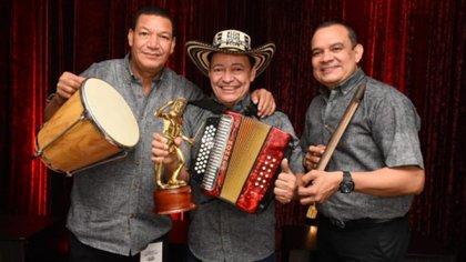 Manuel Vega, junto a sus músicos Aníbal Alfaro Simanca en la caja y Odacyr Alberto 'Ñeko' Montenegro González, en la guacharaca.