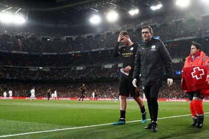 Foto de archivo.  Aymeric Laporte es reemplazado en Man City  tras sufrir una lesión en el partido ante Real Madrid por Liga de Campeones. 26 de febrero de 2020. REUTERS/Sergio Perez