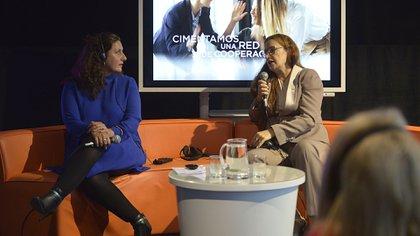 Pia Pakarinen, vicealcaldesa de Educación de Helsinki, y Caroline Ramade, fundadora y CEO de la plataforma 50inTech
