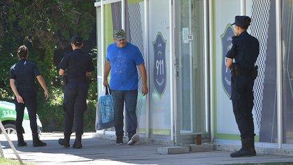 Marcial Thomsen, padre de Máximo, uno de los principales acusados, lleva provisiones para su hijo. Las reglas en la cárcel serán otras. (Gustavo Gavotti)