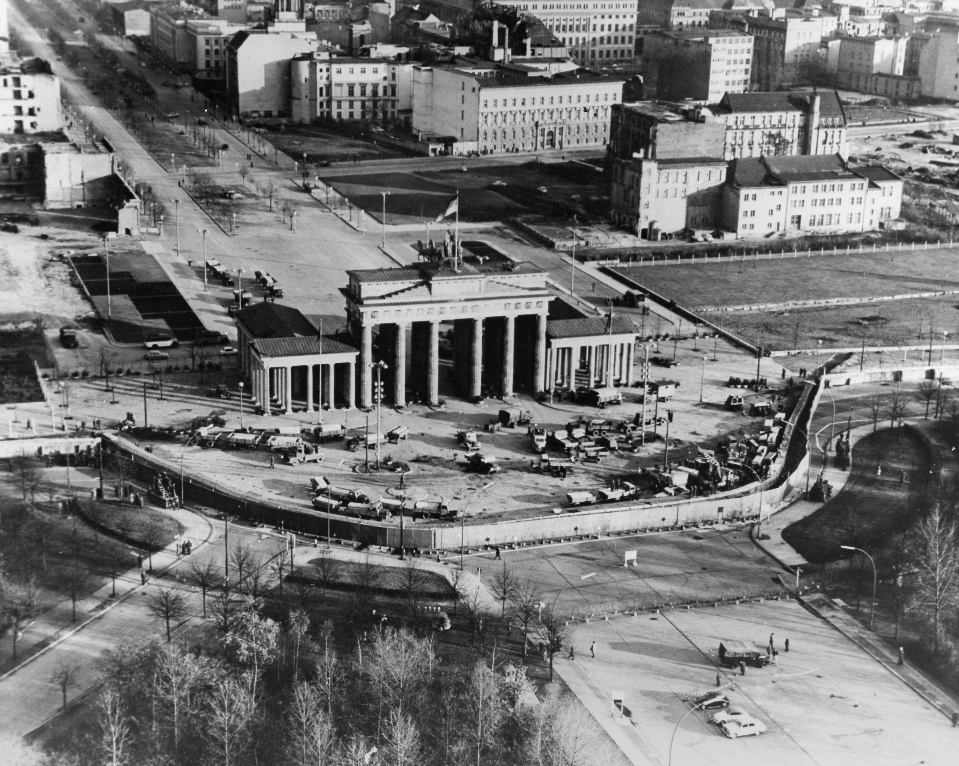 Vista aérea del muro frente a la Puerta de Brandeburgo a fines de 1961