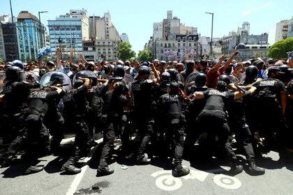 La Policía cortó la fila en Avenida de Mayo y 9 de Julio y la situación se descontroló (REUTERS/Matias Baglietto)