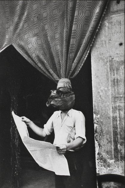 Cartier-Bresson y una de sus fotos surrealistas