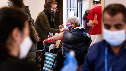 Con respecto a la población total, un 39,6 % de los 19 millones de neoyorquinos han recibido al menos una dosis, mientras que un 25,4 % está totalmente vacunado. EFE/Justin Lane/Archivo
