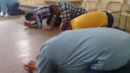 """""""Los índices de violencia han disminuido. Incluso algunos que recuperaron la libertad se hicieron pastores y predican por los barrios"""", dice el Jefe del Departamento de Culto No Católicos del SPB, Luis Madera."""
