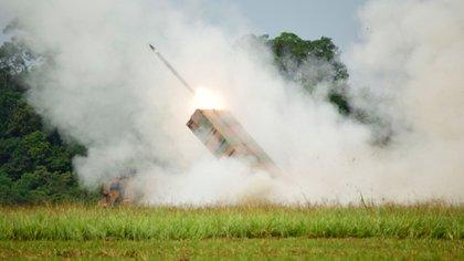 "Un lanzacohetes Astros II Mk6 disparando durante la ""Operación Amazonas"" (Ministerio de Defensa de Brasil)"