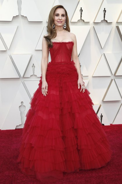 Marina de Tavira llegó a la red carpet de los Oscars con un vestido de tul plisado strapless. Completó el look con anillo doble y aros cascada de brillantes