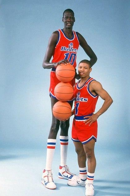 Manute Bol y Muggsy Bogues: la apuesta de Washington Bullets (hoy Wizards) por el basquetbolista más alto y el más bajo