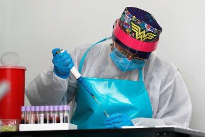 Una integrante de la Cruz Roja revisa este viernes una prueba rápida de tamizaje para COVID-19 en Bogotá (Colombia). EFE/Carlos Ortega