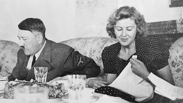 El dictador cenando con Eva Braun, su novia y luego esposa hasta el final