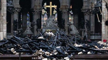 El altar, frente a los escombros del techo (Bloomberg)