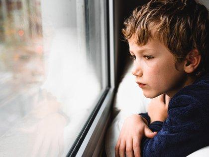 """La prioridad es """"proteger a los niños de toda aquella información que aún no pueden procesar y que les puede llevar a desarrollar ansiedad y miedos debido a la incertidumbre"""" (Shutterstock)"""
