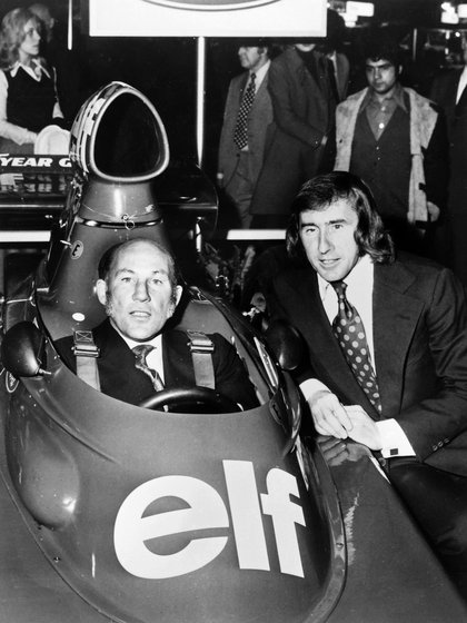 Una foto de 1973 donde Jackie Stewart, a la derecha, posó junto a su Stirling Moss -fallecido este año a los 90-. Ambos vinieron a despedir a Fangio y se encontraron en el mismo vuelo.