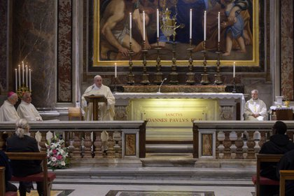 """El Papa comenzó la misa invocando a Juan Pablo II para que guíe a toda la Iglesia: """"fortalecidos por su enseñanza, abrir con confianza nuestros corazones a la gracia salvadora de Cristo, único Redentor del hombre"""""""