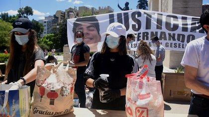 En Parque Rivadavia reciben donaciones de alimentos y útiles escolares para honrar la memoria de Fernando Báez Sosa