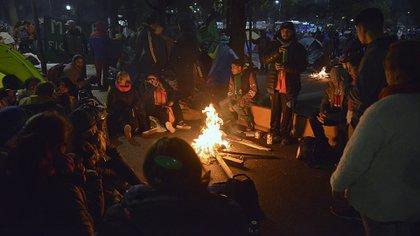 Manifestantes pasan la noche sobre la 9 de Julio(Gustavo Gavotti)