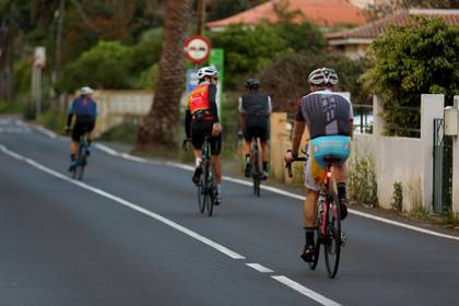 Varios ciclistas en Tenerife han salido desde primera hora de la mañana de este sábado (EFE/ Cristóbal García)