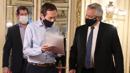 Alberto Fernández conversa con Gustavo Beliz, poco antes de participar de un encuentro virtual de la Pastoral Social porteña.