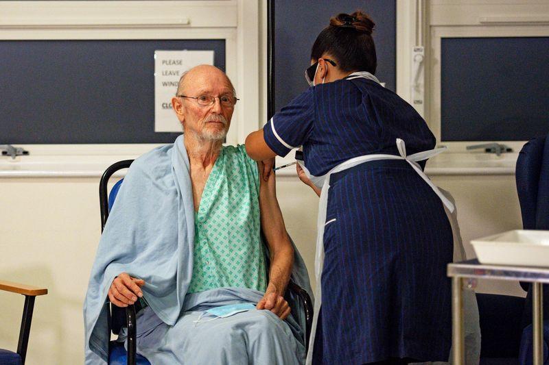 """""""Bill"""" William Shakespeare, de 81 años, recibió la vacuna COVID-19 de Pfizer/BioNTech en el Hospital Universitario, al inicio del mayor programa de inmunización de la historia británica, en Coventry, Gran Bretaña (Jacob King/Pool vía REUTERS)"""