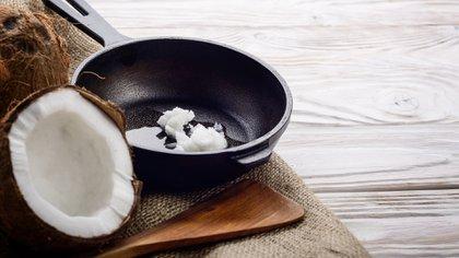 El aceite de coco o ghee son un tipo de ácido graso que resiste mucho más la cocción (Shutterstock)