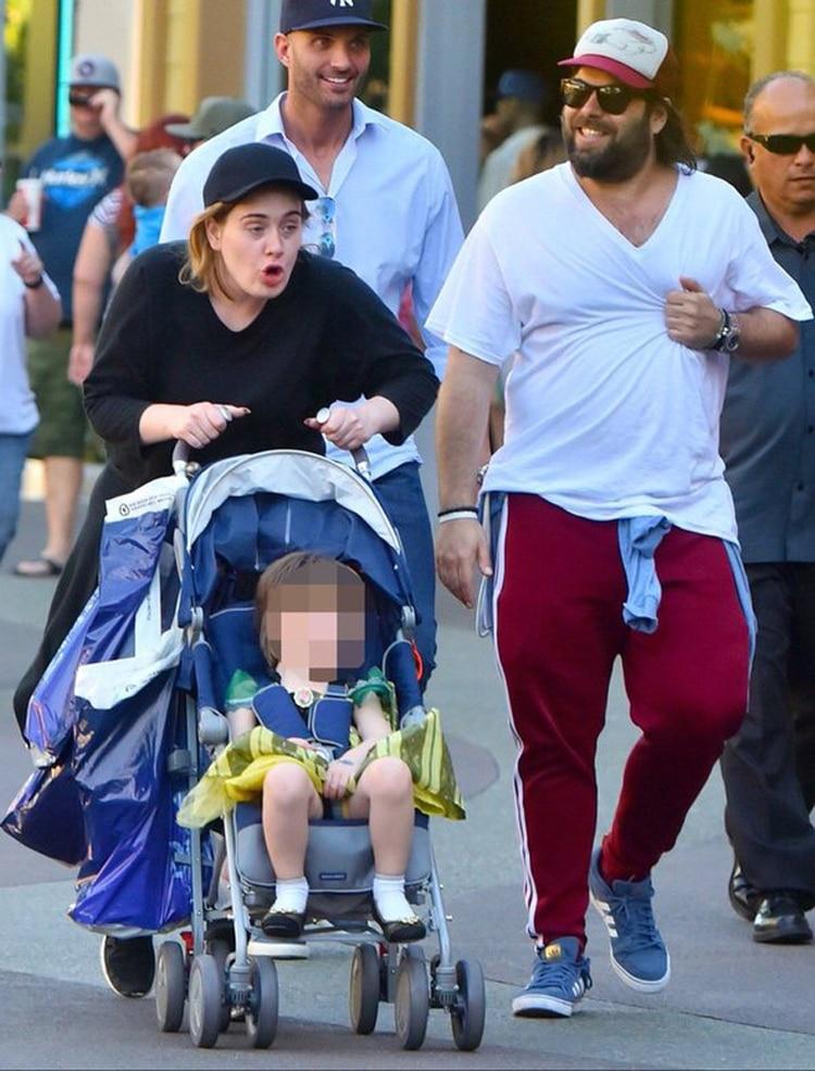 Adele paseando con su hijo y su esposo en Disney