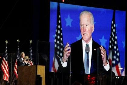 Joe Biden, junto a su esposa, al hablar en Wilmington, Delaware y afirmar que está encaminado hacia la victoria.