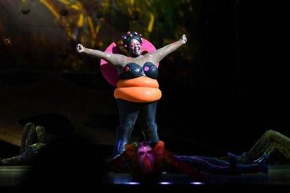"""Lady Bug, una de las protagonistas de """"OvO"""", haciendo su entrada en escena (Cirque du Soleil)"""