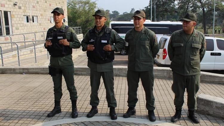 Otro grupo de militares venezolanos que desertaron a Colombia.