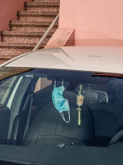 Barbijos colgados adentro del auto, para no olvidar al bajar y ponerlo en la calle