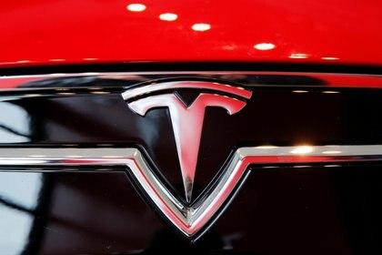 El logo de Tesla en el Model S (REUTERS/Lucas Jackson/File Photo)