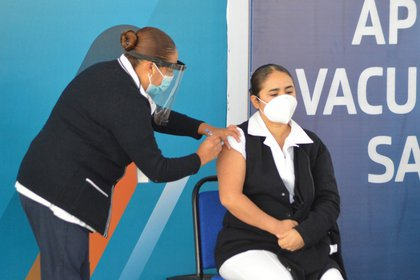 El reporte técnico de la SSa refiere que este 13 de abril se inyectó el antígeno a 399,070 personas (Foto: Liberto Ureña / Cuartoscuro)