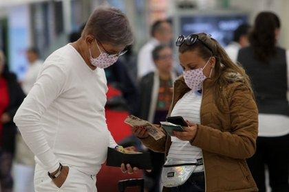 Pasajeros y personas que transitan el Aeropuerto Internacional de la Ciudad de México (AICM) continúan utilizando cubrebocas y guantes como medidas sanitarias (Foto: Cuartoscuro)