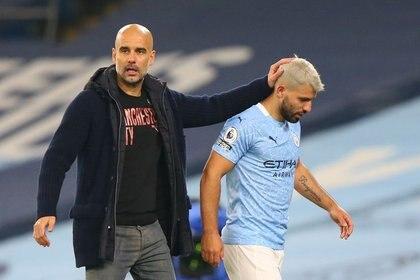 El delantero argentino del Manchester City Sergio Aguero junto a Pep Guardiola tras ser sustituido en el partido de su equipo ante Arsenal por la Premier League.