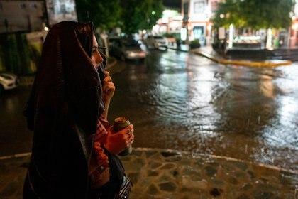 La lluvia desatada precisamente a la 1 del lunes hizo que mucha gente vuelva a sus casas aunque no había restricciones