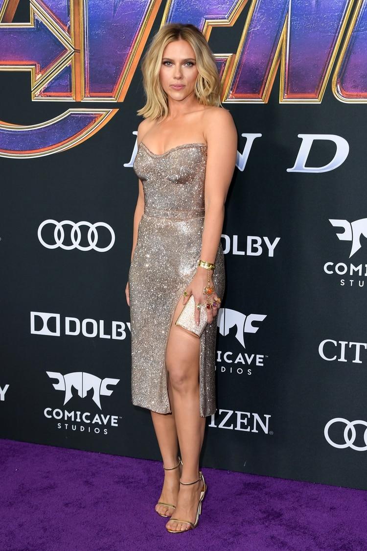 b24ebd55d299 Scarlett Johansson lució strapless de brillantes by Versace con joyas de  Sonia Boyajian y clutch rígido