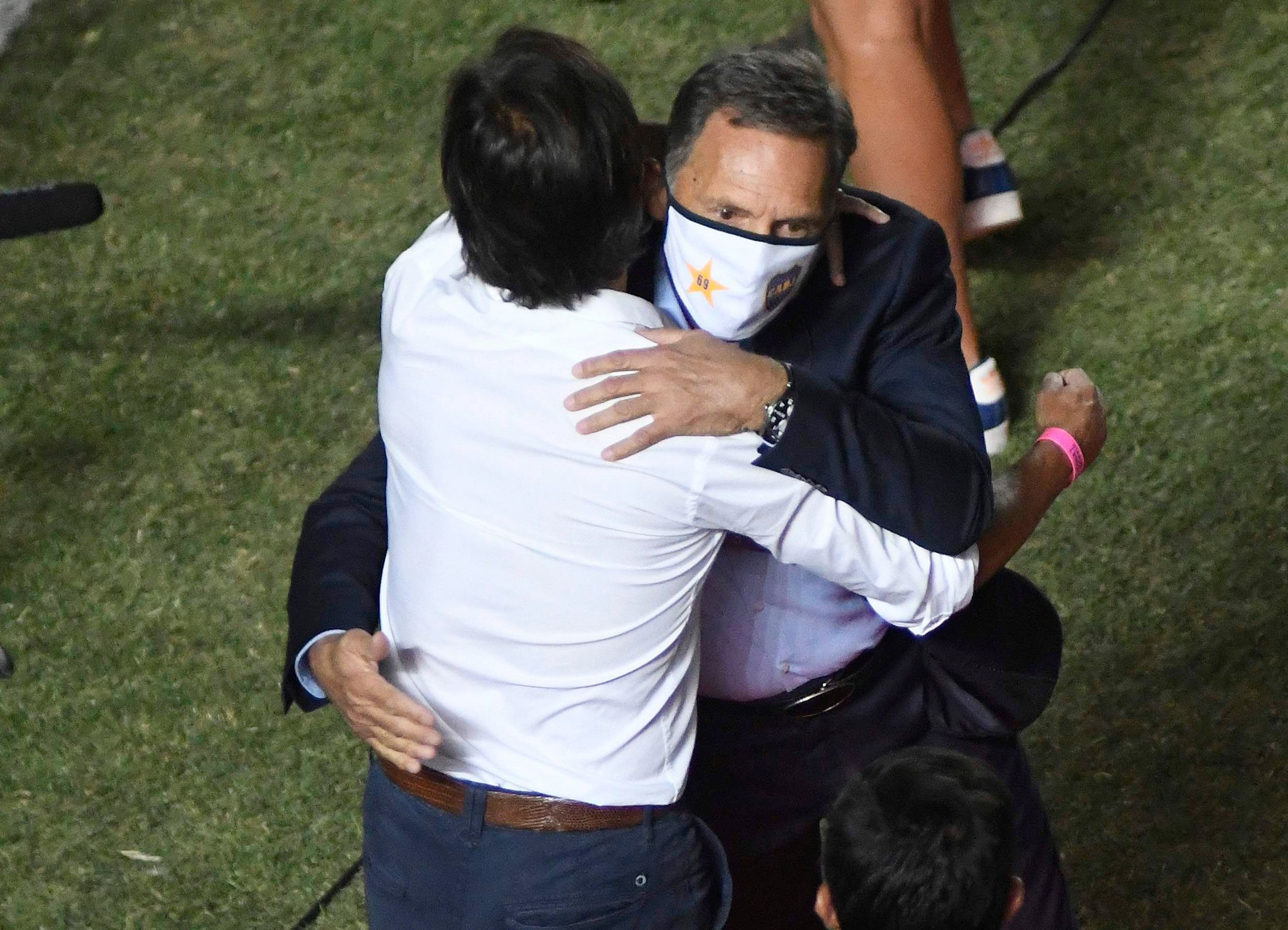 The hug between Miguel Ángel Russo and Archu Sanguinetti on the threshold of the match (REUTERS / Andres Larrovere)