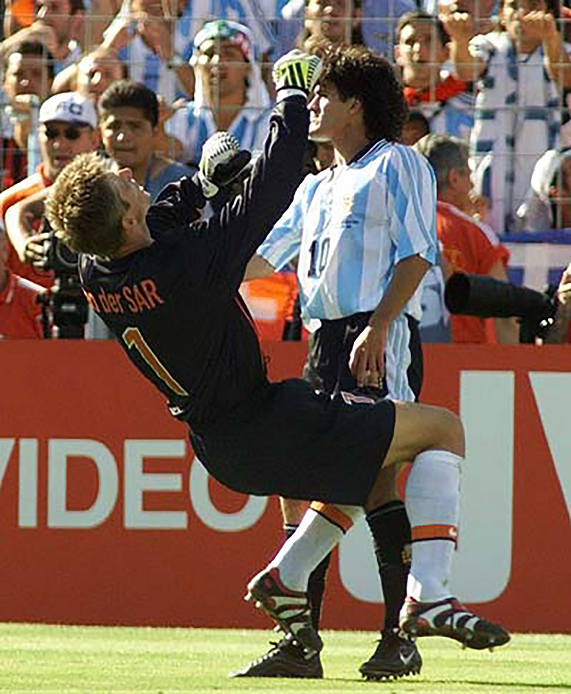 El cabezazo de Ortega a Van der Saar antes de la eliminación de Argentina frente a Holanda (AP)