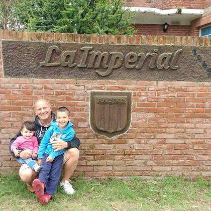 Juan Scardillo junto a sus nietos en La Imperial, la casa que se construyó en Pinamar