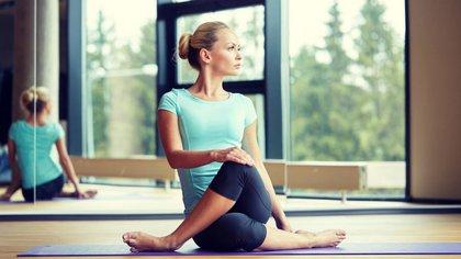 Las posturas de yoga ayudan a estirar los músculos y oxigenar la sangre (Shutterstock)