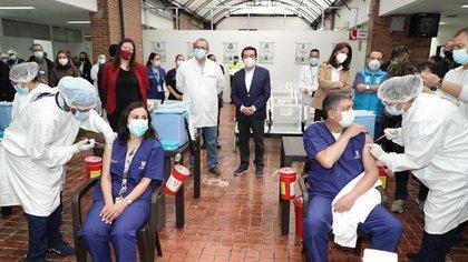 Con la presencia del ministro de Salud, Fernando Ruiz y la vicepresidenta Marta Ramírez, inició la vacunación contra el covid-19 en Bogotá. Foto: Secretaría de Salud.