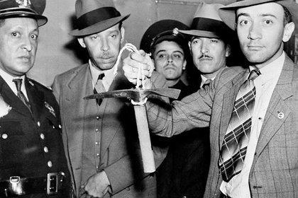 Un policía mexicano sostiene el piolet usado por Ramón Mercader para herir mortalmente a Leon Trotsky.