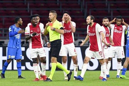 Edson Alvarez se quedó en la banca durante la derrota del Ajax frente al Liverpool (Foto: Olaf Kraak/ EFE)