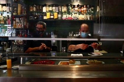 Los bares de Madrid permanecen abiertos, con protocolos especiales. Aunque la clientela es menos de la habitual.