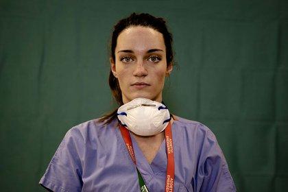 La enfermera Martina Papponetti, de 25 años, posa al final de su extenuante jornada laboral en el Humanitas Gavazzeni Hospital en Bergamo, Italia. (27 de marzo)