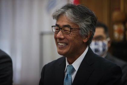 Fotografía fechada el 25 de mayo de 2020 del embajador de Japón en Uruguay, Tatsuhiro Shindo, participando de una videoconferencia junto a su equipo de trabajo con las autoridades del departamento de Artigas (norte de Uruguay). EFE/Federico Anfitti/Archivo