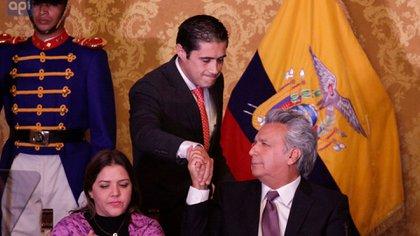 El ministro de Economía y Finanzas de Ecuador, Richard Martínez, saluda al presidente Lenín Moreno en un acto oficial en Quito (Reuters)