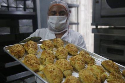 Un homme prépare du pain à l'usine de la société Integrales Vive, le 6 octobre 2020, à Medell & # 237; n (Colombie).  EFE / Luis Eduardo Noriega A.