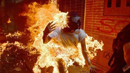 El guarimbero José Víctor Salazar en llamas durante la represión del régimen el 3 de mayo de 2017 (AFP)